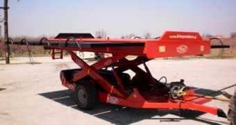 Ρυμουλκούμενο ψαλιδωτό ανυψωτικό για τρακτέρ με αεροσυμπιεστή.